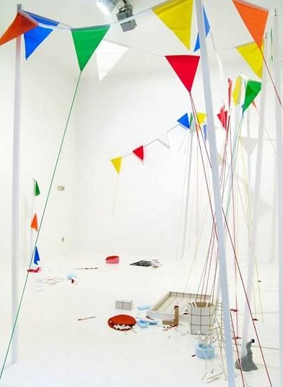Andrea Loefke, Das muss gefeiert werden! Mit Krokant, Kandiszucker, Kremhutchen und Konfekt! 2006, mixed media