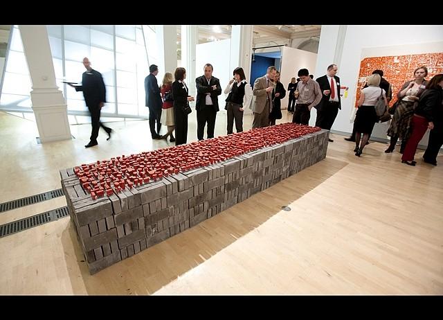 Marcella Campa, Identity Map Games 2008, 1500 grey bricks, red plastic